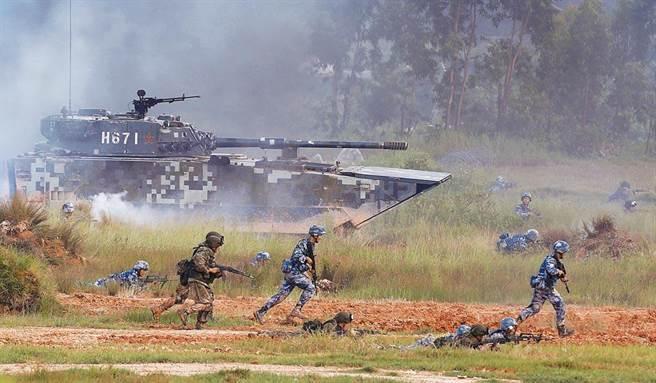 大陸解放軍軍力近年急速上升,常舉行演習。(圖/中新社)