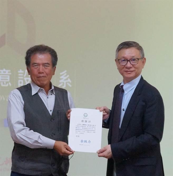 台灣製鞋工業同業公會與萬特國際實業公司,捐贈製鞋設備給予僑光科技大學,僑光校長余致力(右),22日致贈感謝狀,由公會理事長尤瑞彬(左)代表接受。圖/僑光提供
