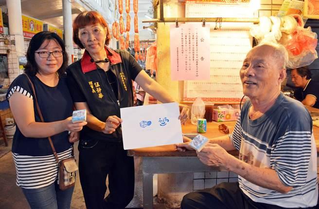 走入傳統市場與商圈,平和里長伍靜華(中)以社區小旅行方式,為沒落商圈帶來人氣。(林和生攝)