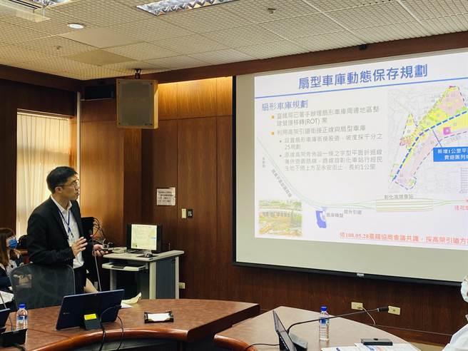 彰化縣政府工務處長林漢斌針對彰化市鐵路高架化計畫可行性研究評估,進行說明。(圖/彰化縣政府提供)