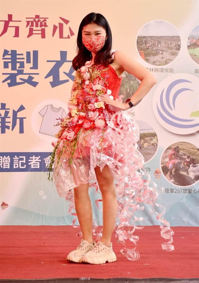 現場模特兒身著收回物製成的環保衣走秀。(呂妍庭攝)