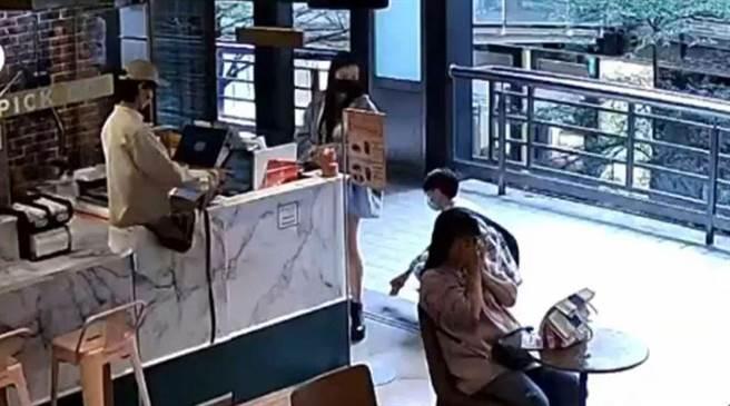 北市信義區百貨公司出現偷拍狼,持手機偷拍女子裙底風光。(翻攝網路)
