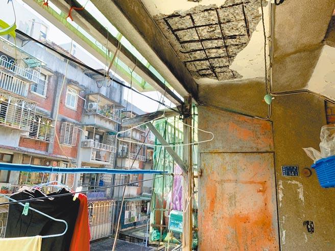 位於台北市中正區水源二、三期整宅,屋況老舊不堪環境窳陋,屋頂鋼筋外露。(張薷攝)
