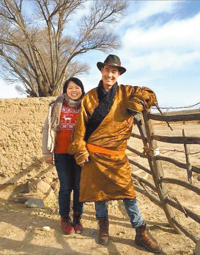 曾經是記者的馬金瑜(左)2010年遠赴青海,與藏族先生扎西(右)結婚,為愛走天涯的故事一度蔚為佳話。但如今「童話」幻滅,馬金瑜日前在網路上自述遭前夫家暴,引發廣大關注。除先生駁斥外,亦有人認為,馬金瑜只是為了炒作電商品牌。(摘自微博)