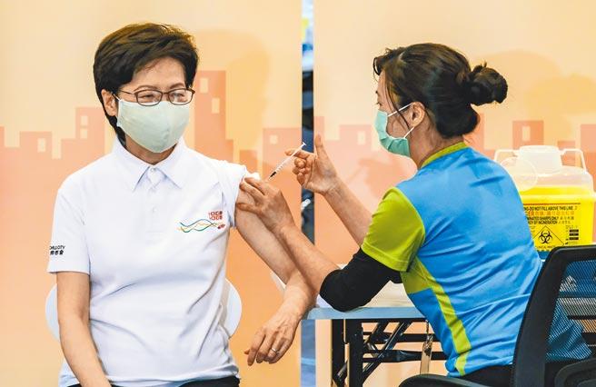 香港特區行政長官林鄭月娥22日率領多名司局長,接種大陸科興新冠疫苗。(中新社)