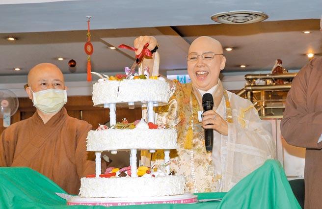 恆述法師(右)昨開心切下生日蛋糕。(盧禕祺攝)