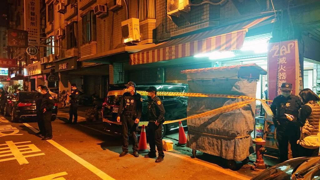 台南安平16日的街頭殺人案主嫌「蝦米」蔡秉逸昨晚(23日)疑似因新仇舊恨,朝他曾經的老大陳建文連開7槍,對方當場死亡,他之後則投案。(中時資料照)