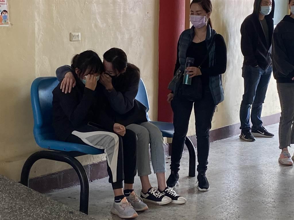 角頭陳建文的妻女抱在一起痛哭。(曹婷婷攝)