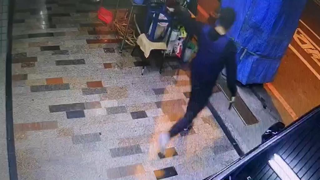 犯下台南當街砍殺與槍殺角頭的蔡秉逸「蝦米」,做案畫面曝光。(民眾提供)