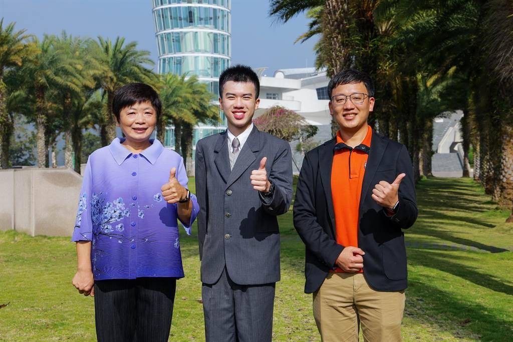 (左起)校長林秋惠、南投狀元林均翰及班導連傑開心合影。
