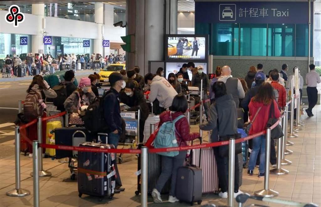 (圖為日前入境旅客排隊人龍超過上百公尺,在桃園機場等待搭乘防疫車隊的情況。圖/本報系資料照)
