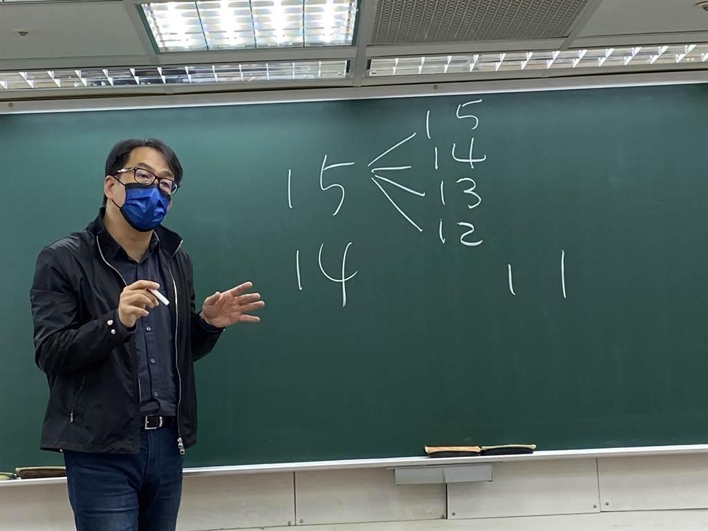 升學專家劉駿豪解析今年的學測數據。(林志成攝)