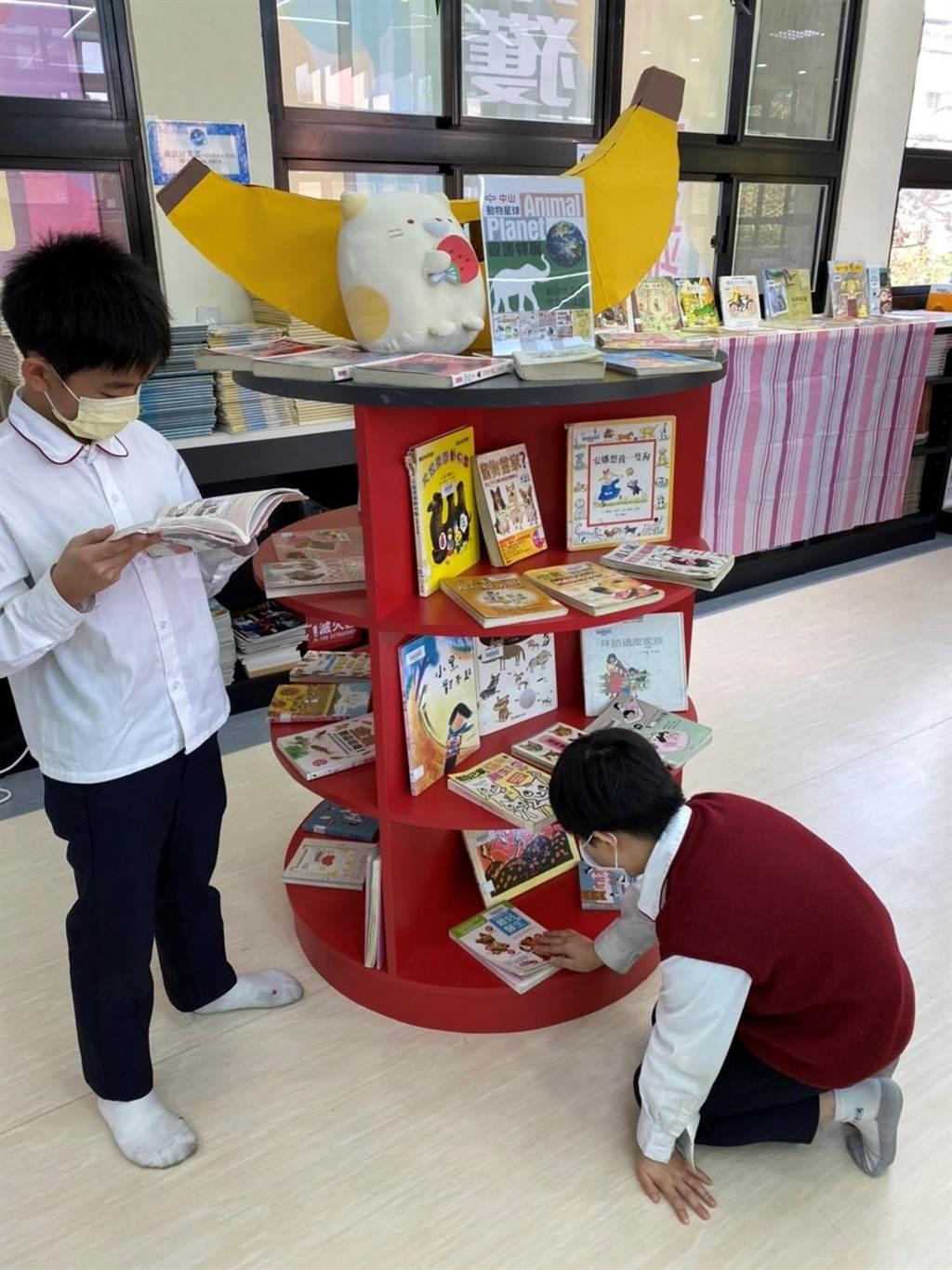 除了動態活動外,學校圖書館的主題書展也呈現「動物保育」議題相關的書籍,同學在閱讀的同時,能與動態的經驗相結合,達到深化學習的成果。(北市私立中山小學提供/游念育台北傳真)
