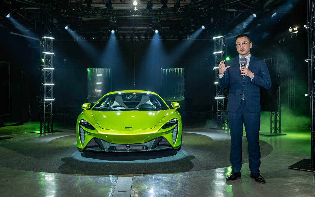 McLaren首款非限量之油電混合動力超跑Arturay在台發表,售價1280萬元起。圖為McLaren Taiwan品牌總經理Jerry Lin。