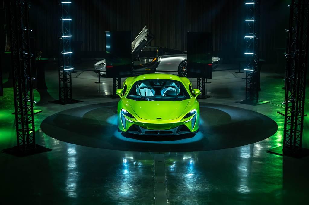 Artura(前車)承襲限量超跑Speedtail(後車)的油電科技,為品牌首款非限量生產的油電車款。