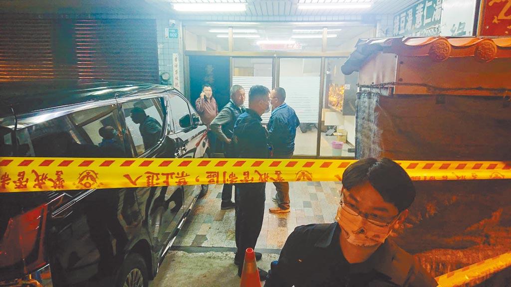 台南市安平區平通路某塑膠原料公司傳出槍擊案,警方在現場拉起封鎖線調查。(程炳璋攝)