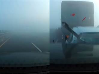 西濱車禍新畫面 駕駛遇濃霧吹口哨續飆 驚見車輛大叫釀追撞