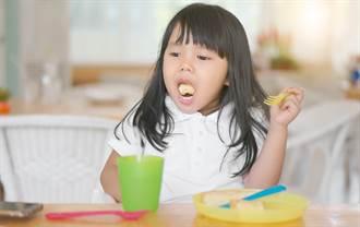 女童嘴唇發紫狂咳6小時 急診醫嚇:支氣管都被塞滿