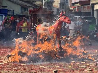 疫情威胁下 鹿草圆山宫恢復中断近60年的「放火马」仪式