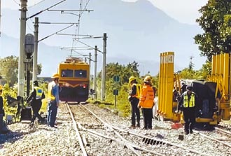 台鐵維修車追撞道班工 2死1傷