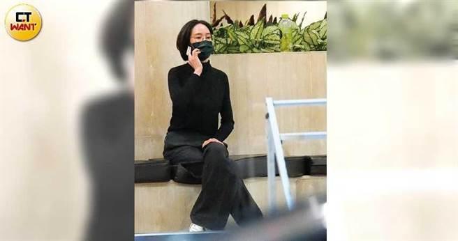 打扮低調的張鈞甯,開會途中趁空到大廳講電話。(圖/本刊攝影組)