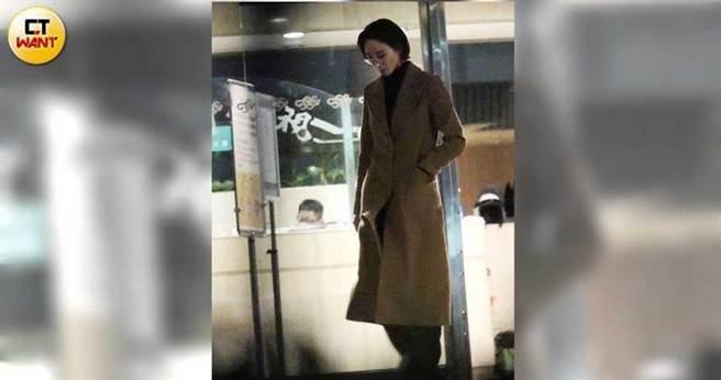 阮經天現身不久,穿著大衣的張鈞甯也步出電視台大門。(圖/本刊攝影組)