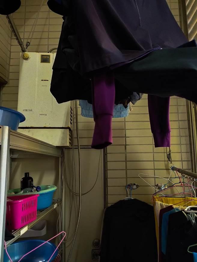 曬衣間或陽台掛滿衣物,導致通風不良,易造成燃氣型熱水器燃氣燃燒不完全、引發一氧化碳中毒。(桃園分隊提供)