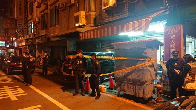 陳姓男子在平通路的公司遇襲,警方圍起封鎖線戒護現場。(程炳璋攝)