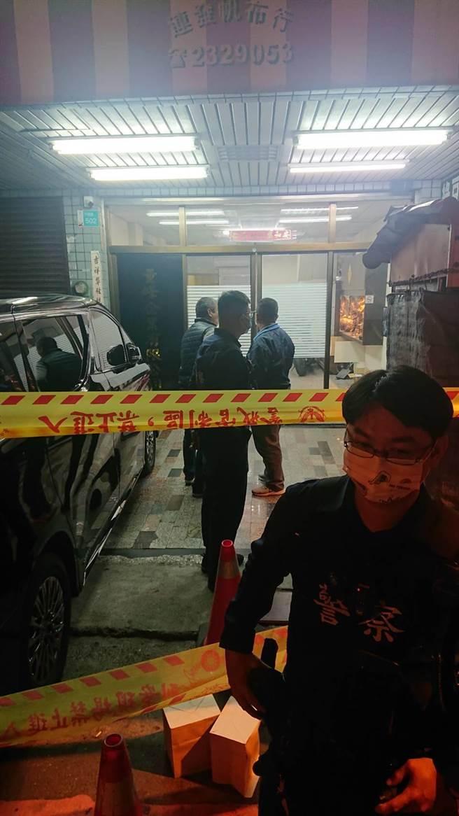 安平角頭陳建文再公司遇襲身亡,蔡男在門口丟下雙槍離去(證物袋掩蓋),示威意味濃。(程炳璋攝)