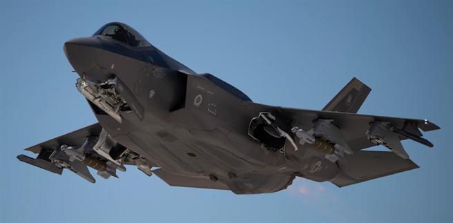F-35戰機2020年5月21日搭載雷神(Raytheon)GBU-49增強鋪路II型(Enhanced Paveway II)雷射導引炸彈,從內華達州奈里斯空軍基地(Nellis Air Force Base)起飛的畫面。(美國空軍)