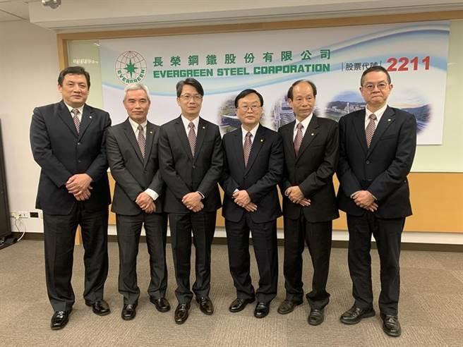 (長榮鋼鐵公司董事長林耿立(右三)、總經理劉邦恩(左三)等經營團隊。圖/業者提供)