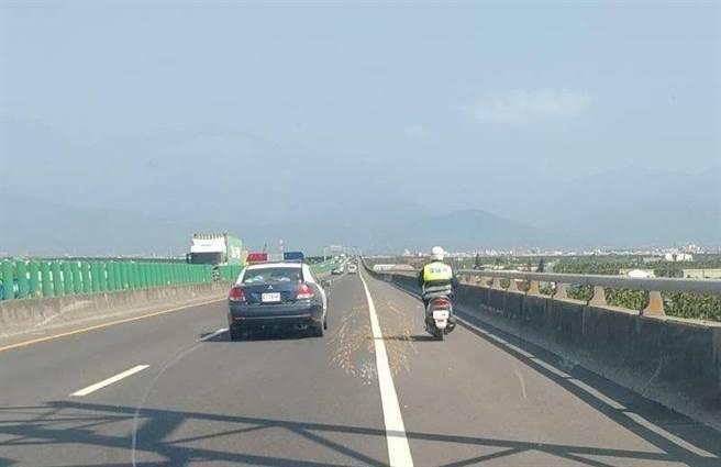 家住万丹的88岁饶姓老翁,日前要从潮州骑机车回家时,因误判车道,竟逆向骑上88快速道路。(翻摄画面/谢佳潾屏东传真)