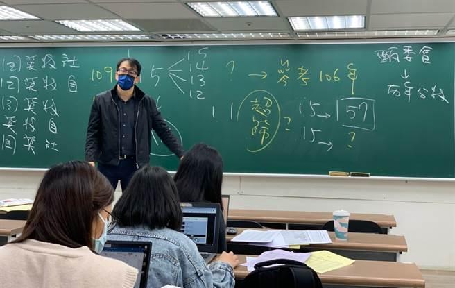 升學輔導專家劉駿豪建議考生,落點不能只拿去年五標作分析,可利用106年分數做為參考依據比對。(Campus編輯室攝)