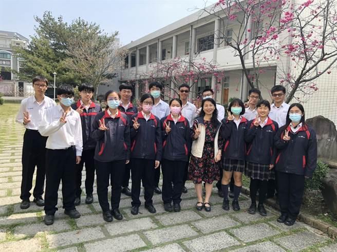 正心中學應屆畢業生以國、英、數、自四科總級分達頂標50級分的有36人,吳坤翰(後排右二)數學考了滿級分。(正心中學提供)