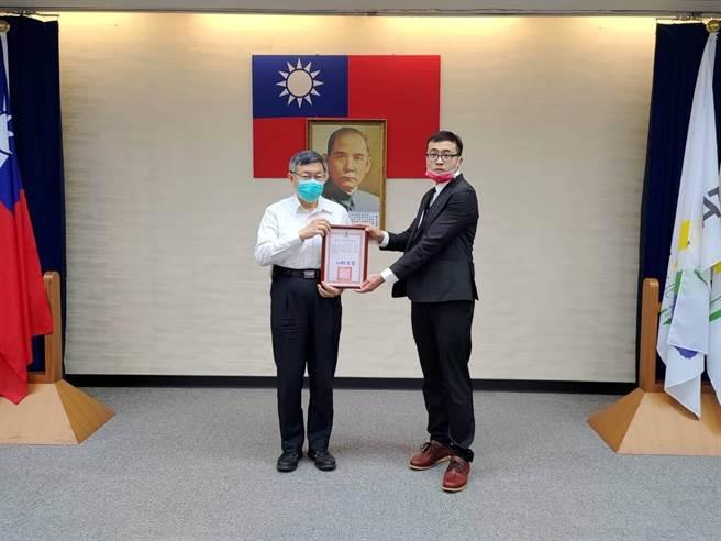 台北市長柯文哲表揚4名協助患者實施CPR的熱心民眾。(翻攝照片/台北報導)