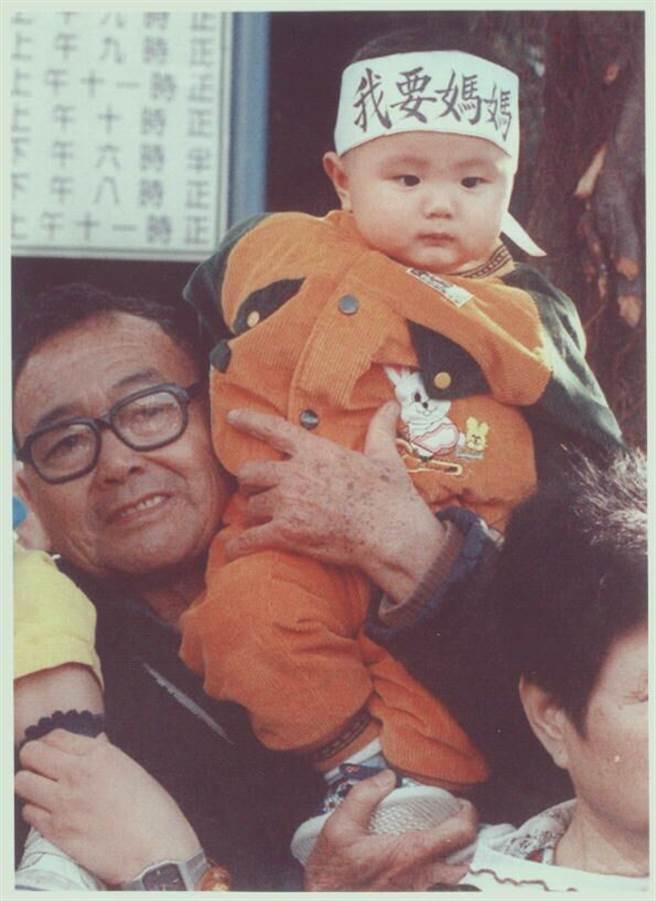 1996年,上萬大陸配偶家庭夫妻長期兩地分隔。圖為一位「台灣先生」在參加「海峽兩岸通婚權益促進會」活動時,抱著小孩向政府陳情。(洪聖飛攝)