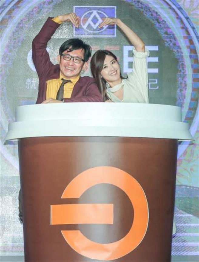 全聯行銷協理劉鴻徵(左)是蘇慧倫(右)超級粉絲,2人一起托腮、比愛心,巧扮杯緣子。(粘耿豪攝)