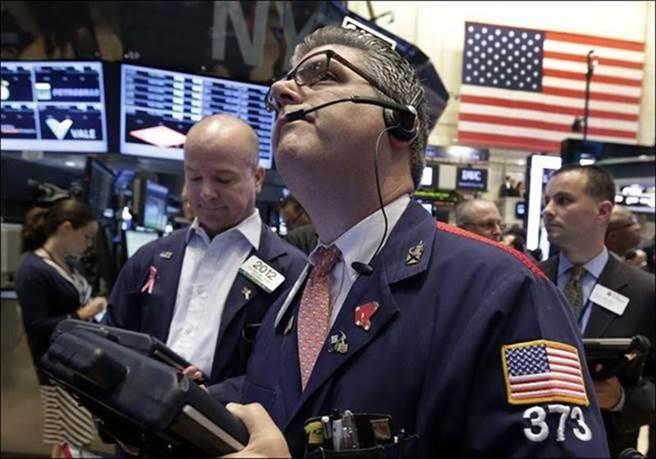美股周一走高,開盤1小時左右,道瓊工業指數大漲逾600點或2.1%。(圖/美聯社)