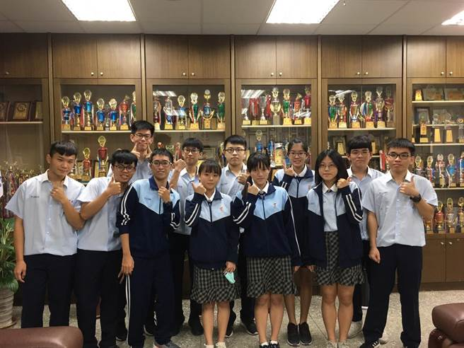 學測成績24日公布,東港高中數理實驗班成績斐然,共有6人考取60級分以上。(東港高中提供/謝佳潾屏東傳真)