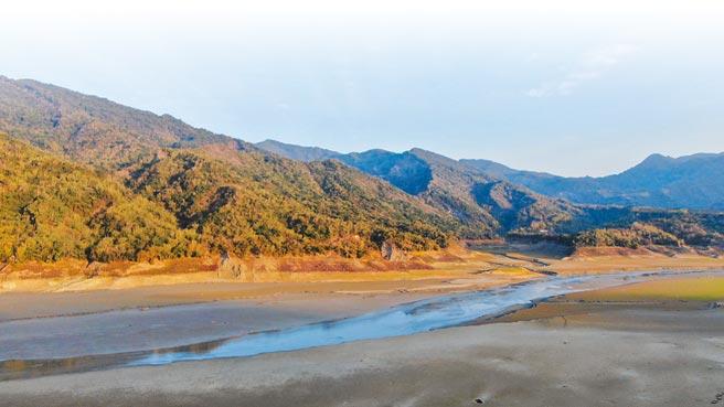 曾文水庫蓄水率只剩 15.02%,大部分湖底已乾涸,水庫甚至因此出現溪流景象。(呂竑毅提供/呂妍庭嘉義傳真)