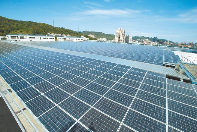 經濟部長王美花表示,2025年屋頂型太陽光電目標提升至8GW,地面型則從原14GW降至12GW。圖為全球傳動科技公司大樓屋頂的太陽光電系統。(陳怡誠攝)