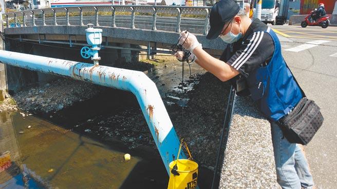 五股坑溪飄油,新北市環保局循線查出是調理包業者惹禍。(新北市環保局提供/葉德正新北傳真)