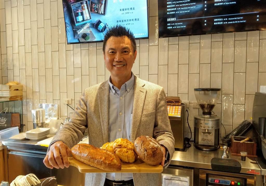 興富發建設副總經理廖昭雄今日出席「貝可麗烘焙工坊」內湖店開幕記者會,介紹集團總裁研發的各種美味麵包。(葉思含攝)