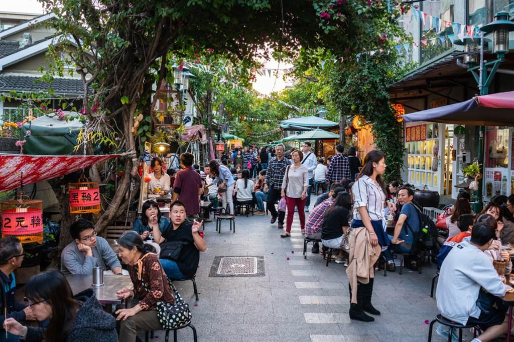 台南人說「下次約吃飯」表示,要帶你去吃巷口最好吃的飯、巷口最好喝的飲料、買兩斤最好吃的點心。(圖/Shutterstock)