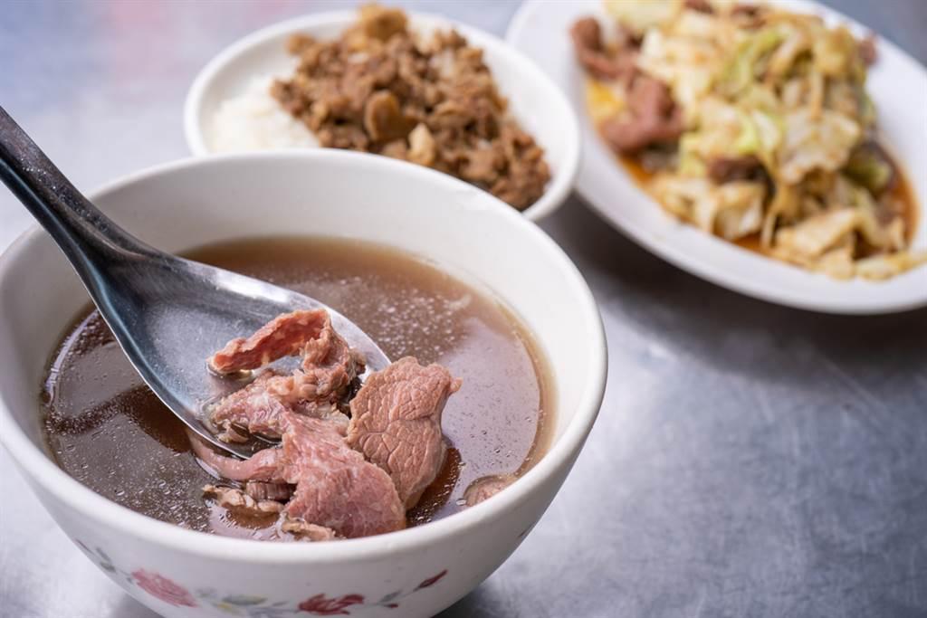 台南人說「下次約吃飯」絕對會把你餵到飽,而台南有許多著名小吃,牛肉湯就是其中之一。(圖/Shutterstock)