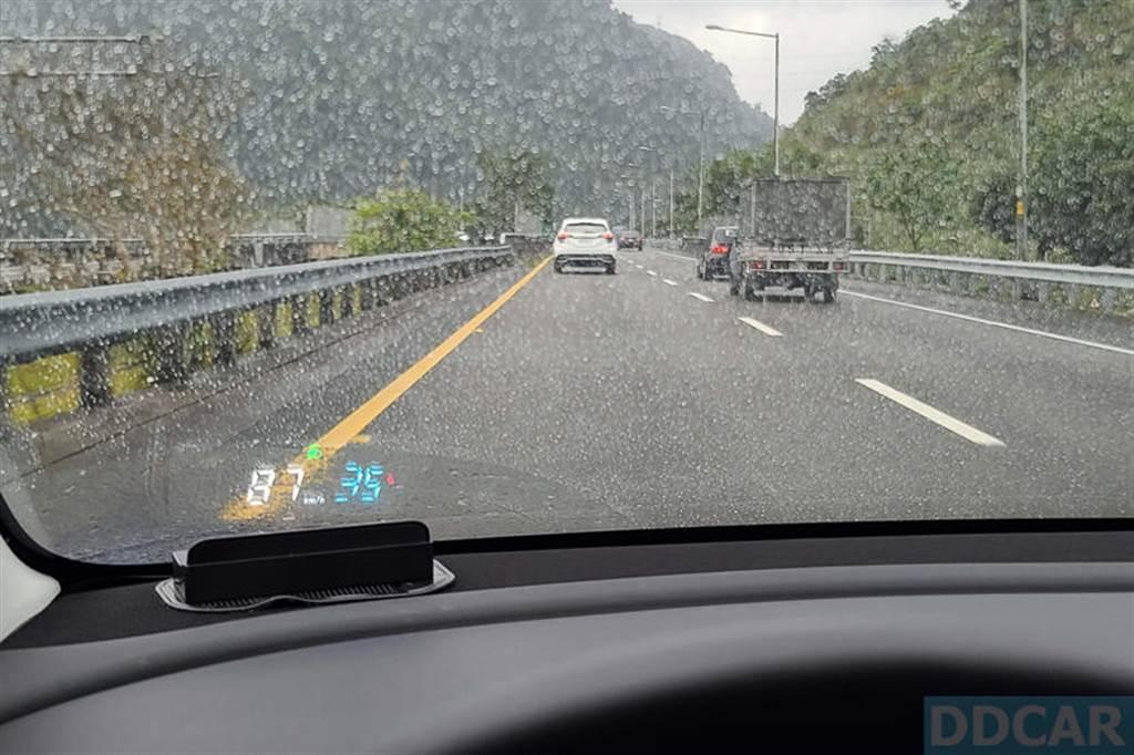 白色大數字是時速,旁邊藍色大字體的是電量,由於直接從行車電腦讀數據,所以反應都很即時也正確。