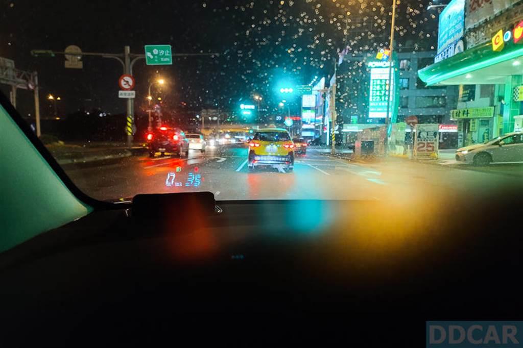 在霓虹閃爍的雨夜看起來是這樣的。