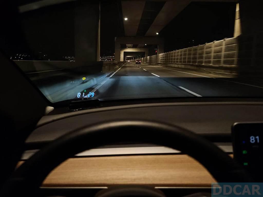 夜晚視角,這張焦距跑掉了,純粹感受一下駕駛中觀看的感覺吧!