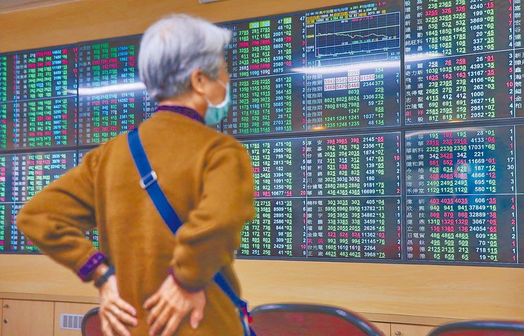 台積電股價連日走弱,台股同步下跌,26日收在15658.85點,下挫287.69點,投資人無奈看著下跌大盤。(王英豪攝)