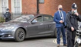 英國查爾斯王子入主 Model S,正式成為你的特斯拉車友 (但仍是舊款的)